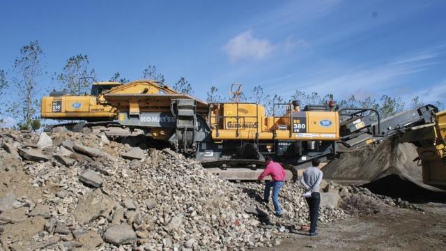 Ouvriers sur plateforme de valorisation des déchets de chantier